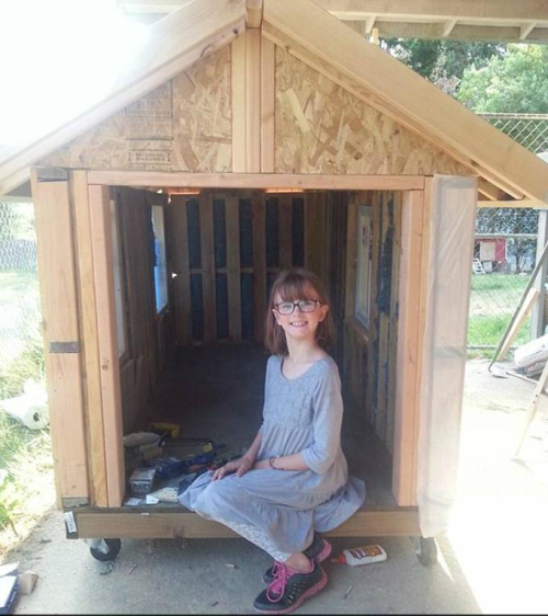 girl make house for homeless2