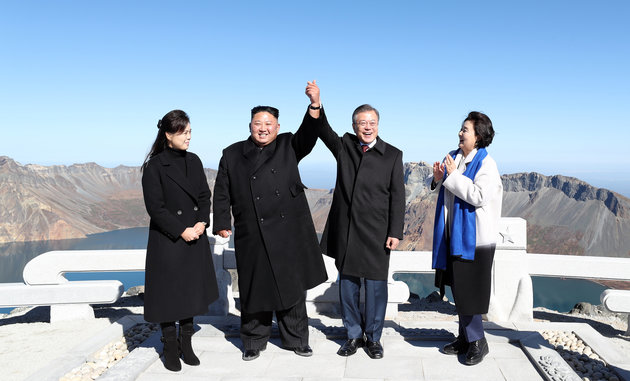 president moon and kim jong un beakdoo mountain
